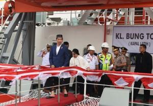 Presiden menaiki kapal pendukung tol laut, di Manyar, Gresik, Jawa Timur, Jumat (9/3). (Foto: Humas/Oji).