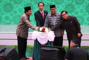 Presiden Jokowi didampingi Seskab, Gubernur Jatim, dan Rektor Unisma meresmikan Gedung Baru Unisma, di Malang, Jatim, Kamis (29/3) pagi. (Foto: Rahmat/Humas)