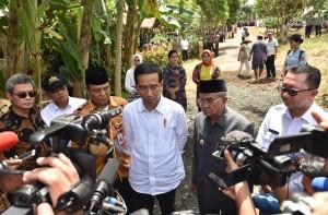 Presiden Jokowi didampingi Gubernur Kalsel menjawab wartawan di Banjarbaru, Kalsel, Senin (26/3) sore. (Foto: JAY/Humas)