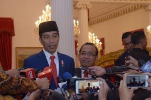 Presiden Jokowi didampingi Mensesneg menjawab wartawan di Istana Negara, Jakarta, Selasa (27/3) sore. (foto: OJI/Humas)