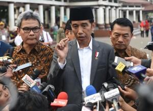 Presiden Jokowi menjawab pertanyaan wartawan usai menghadiri acara Penyerahan Sertifikat Tanah untuk Rakyat, di Alun-alun Barat Kota Serang, Serang, Provinsi Banten, Rabu (14/3). (Foto: Humas/Rahmat).