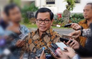 Seskab, Pramono Anung menjawab pertanyaan wartawan di kawasan Istana Kepresidenan, Jakarta.