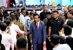 Presiden Jokowi menyalami CPNS peserta Presidential Lecture Tahun 2017, di Istora Senayan, Jakarta, Selasa (27/3). (foto: Humas/Agung