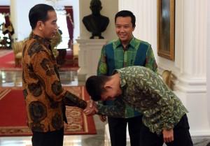 Egy Maulana Vikri Menpora diterima oleh Presiden Jokowi, di Istana Merdeka, Jakarta (23/3). (Foto: Humas/Rahmat)
