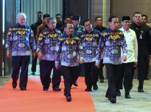 Presiden Jokowi saat akan memasuki ruang acara Rapimnas Himpunan Pengusaha Muda Indonesia di Tangerang, Banten, Rabu (7/3). (Foto: Humas/Rahmat).