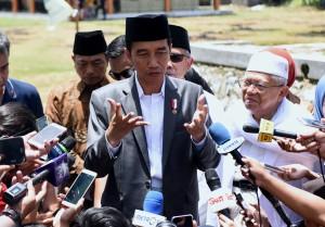 Presiden Jokowi menjawab pertanyaan wartawan usai meluncurkan program Bank Wakaf Mikro An Nawawi Tanara, di Pondon Pesantren An Nawawi Tanara, Serang, Provinsi Banten, Rabu (14/3). (Foto: Humas/Rahmat)