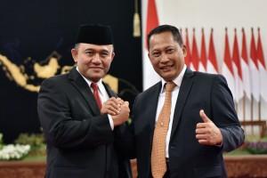 Kepala BNN Heru Winarko berfoto bersama mantan Kepala BNN Budi Waseso, di Istana Negara, Jakarta, Kamis (1/3) pagi. (Foto: JAY/Humas)