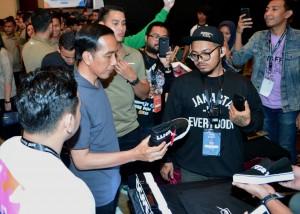 Presiden Jokowi saat mengunjungi toko penjual sepatu sneaker, Sabtu (3/3). (Foto: BPMI)