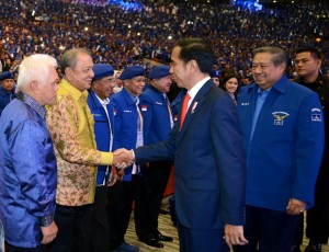 Presiden Jokowi bersalaman dengan undangan dalam acara Rapimnas Partai Demokrat Tahun 2018 di Sentul International Convention Center (SICC), Kabupaten Bogor, Provinsi Jawa Barat, Sabtu (10/3). (Foto: BPMI).