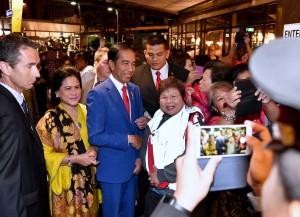 Masyarakat Indonesia sambut kedatangan Presiden dan Ibu Iriana beserta rombongan di Wellington, Selandia Baru, Minggu (18/3). (Foto: BPMI)