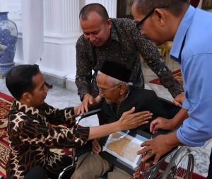 Presiden menerima Nyak Sandang di Istana Merdeka, Rabu (21/3) sekitar pukul 18.25 WIB. (Foto: BPMI).