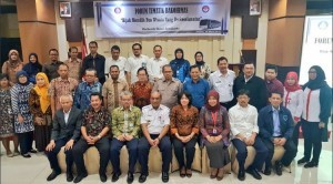 """The participants takes pictures together in the event the Coordinating Agency for Community Relations (Bakohumas) discuss on theme """"Wisely Choose a Safety Bus Tour"""", at Orchardz Hotel, Jakarta, Thursday (22/3)."""