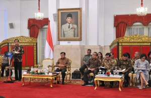 Presiden Jokowi saat memberikan pengantar pada Sidang Kabinet Paripurna, di Istana Negara, Jakarta, Senin (5/3). (Foto: Humas/Jay)