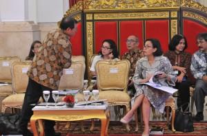 Seskab dan Menkeu berbincang sebelum Sidang Kabinet paripurna di Istana Negara, Senin (5/3). (Foto: Humas/Jay).