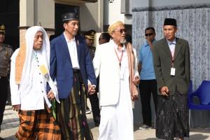 Presiden Jokowi usai mengunjungi Pondok Pesantren Mambaus Sholihin di Kecamatan Suci, Kabupaten Gresik, Jawa Timur, Kamis (8/3). (Foto: Humas/Oji).