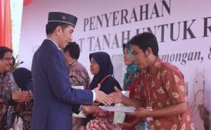 Presiden Jokowi saat menyerahkan sertipikat hak atas tanah untuk rakyat di Alun-alun Lamongan, Kabupaten Lamongan, Jawa Timur, Kamis (8/3) sore. (Foto: Humas/Oji).