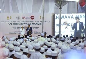 Presiden Jokowi saat meresmikan Bank Wakaf Mikro di Pondok Pesantren Assalafi Al Fithrah, Kedinding, Surabaya, Jumat (9/3). (Foto: Humas/Agung).