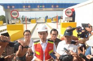 Presiden Jokowi usai meresmikan jalan tol Ngawi-Kertosono seksi Ngawi-Wilangan, di Gerbang Tol Madiun, Desa Bagi, Kecamatan Madiun, Kabupaten Madiun, Provinsi Jawa Timur, Kamis (29/3). (Foto: Humas/Oji).