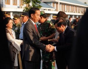 Presiden dan Ibu Negara beserta rombongan sebelum berangkat menuju Australia melalui Pangkalan TNI AU Halim Perdanakusuma, Jakarta, Jumat (16/3). (Foto: BPMI)