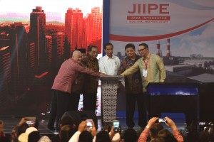 Presiden Jokowi saat acara Peresmian Kawasan Terintegrasi Java Integrated Industrial and Ports Estate (JIIPE) dan kapal pendukung tol laut, di Manyar, Gresik, Jawa Timur, Jumat (9/3) sore. (Foto: Humas/Oji).