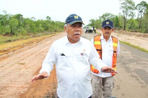 Menteri Pekerjaan Umum dan Perumahan Rakyat (PUPR) Basuki Hadimuljono saat meninjau kondisi jalan Merauke - Boven Digul, Papua, sepanjang 424 km, Jumat (16/3). (Foto: Kementerian PUPR)