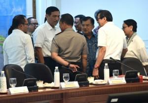 Para menteri berbincang sebelum mengikuti Rapat Terbatas tentang Penataan Tenaga Kerja Asing (TKA) di Kantor Presiden, Jakarta, Selasa (6/3). (Foto: Humas/Rahmat).