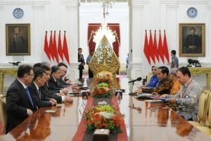 Presiden Jokowi didampingi Mensesneg dan Ketua BKSAP DPR RI menerima delegasi Senat Parlemen Kzakhstan, di Istana Merdeka, Jakarta, Selasa (13/3) pagi. (Foto: JAY/Humas)