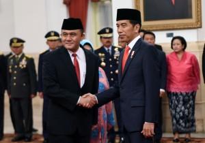 Presiden Jokowi memberikan ucapan selamat kepada Heru Winarko yang baru dilantiknya sebagai Kepala BNN, di Istana Negara, Jakarta, Kamis (1/3) pagi. (Foto: JAY/Humas)