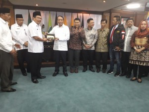 Chairman of the Commission II of DPR Zainudin Amali receives souvenirs from the NTB Regional Secretary Rosiady Sayuti in a meeting at the NTB Provincial Government Building, Mataram, Wednesday (28/2). (Photo by: Edi N/Public Relations Division).