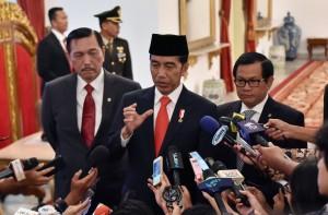 Presiden Jokowi didampingi Menko Kemaritiman dan Seskab menjawab wartawan di Istana Negara, Jakarta, Kamis (1/3) pagi. (Foto: JAY/Humas)