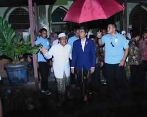 Presiden saat berkunjung ke Ponpes Langitan, Tuban, Jawa Timur, Kamis (8/3). (foto: Humas/Agung).