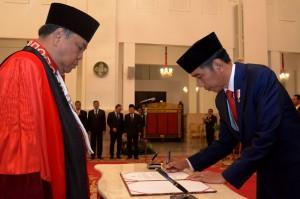 Presiden Jokowi menadatangani berita acara pelantikan Arief Hidayat sebagai Hakim Konstitusi periode 2018-2023, di Istana Negara, Jakarta, Selasa (27/3) siang. (foto: Oji/Humas)