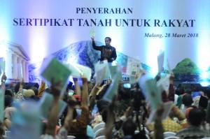 Presiden Jokowi saat sertifikat tanah untuk rakyat wilayah Malang Raya yang mencakup Kabupaten Malang, Kota Malang dan Kota Batu, di Gelanggang Olah Raga (GOR) Ken Arok, Kota Malang, Jawa Timur, Rabu (28/3). (Foto: Humas/Rahmat)