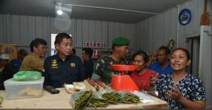 Menteri ESDM mengunjungi warga di Hunian Sementara yang akan dibangun sumur bor bantuan Kementerian ESDM dengan debit 600 liter per jam. (Foto: Twitter Kementerian ESDM)