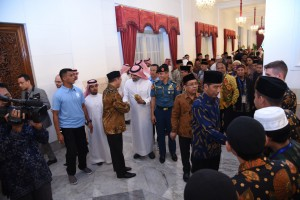 President Jokowi welcomes participants of The Prince Sultan ibn Abdul Aziz Alu Su'ud Al-Qur'an and Hadith Memorizing Competition at the State Palace, Jakarta, Thursday (22/3). (Photo by: Public Relations Division/Oji)