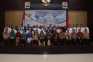 Deputy Cabinet Secretary Ratih Nurdiati, accompanied by Deputy for Cabinet Work Support Yuli Harsono, poses for a group photo with the participants of First Level Functional Translator Education and Training of 2018, at Building III Hall, Ministry of State Secretariat, Jakarta, Tuesday (27/3) (Picture: OJI/PR)