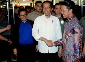 Presiden Jokowi didampingi Seskab Pramono Anung nonton film Yo Wis Ben, di Cinemaxx Malang Town Square, Malang, Jatim, Rabu (28/3) malam. (Foto: Rahmat/Humas)