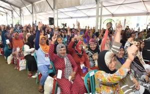 Ibu-ibu penerima PKH yang diserahkan oleh Presiden Jokowi, di Lapangan Dr. Murjani, Banjarbaru, Kalimantan Selatan (Kalsel), Senin (26/3) pagi. (Foto: JAY/Humas)