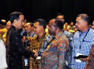 Presiden Jokowi berbincang dengan peserta Rapat Kerja Pemerintah, di Hall B3, JIExpo Kemayoran, Jakarta, Rabu (28/3) siang. (Foto: Agung/Humas)