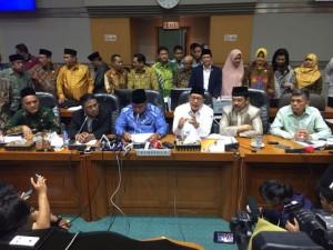 Menag Lukman Hakim Saefuddin didampingi pimpinan Komisi VIII DPR menyampaikan besaran BPIH 2018, di kompleks parlemen, Senayan, Jakarta, Senin (12/3). (Foto: Kemenag)