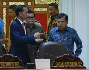 Presiden Jokowi berbincang dengan Wapres Jusuf Kalla dan Seskab Pramono Anung sebelum rapat terbatas di Kantor Presiden, Jakarta, Selasa (6/3) sore. (Foto: Rahmat/Humas)
