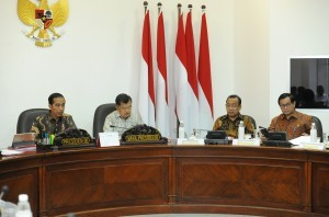 President Jokowi accompanied by Vice President Jusuf Kalla leads Limited Meeting on Increasing Human Resources of Indonesia at the Office of the President, Thursday (15/3) (Photo by: JAY/Public Relations Division).