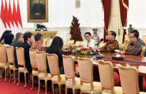 Presiden Jokowi didampingi Menlu dan Mensesneg menerima Sekjen ASEAN Lim Jock Hoi, di Istana Merdeka, Jakarta, Jumat (23/3) siang. (Foto: Rahmat/Humas)