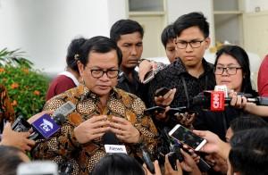 Seskab menjawab pertanyaan wartawan usai Sidang Kabinet Paripurna, di Istana Negara, Jakarta, Senin (5/3) petang. (Foto: Humas/Oji)