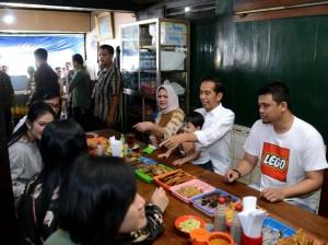 Presiden Jokowi dan Ibu Negara bersama anak, menantu, dan cucunya menikmati hari libur nasional Wafat Isa Almasih, Jumat (30/3), di Solo. (Foto: BPMI).