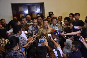 Kepala Staf Kepresidenan Moeldoko didampingi Menhub, Menkominfo dan Menaker memberikan keterangan usai rapat soal tarif ojek online, di kantor KSP, Jakarta, Rabu (28/3) sore. (Foto: KSP)