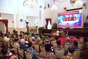 President Jokowi gave instruction in a meeting with national banking industry leaders, at the State Palace, Jakarta, Thursday (15/3). (Photo: OJI / Public Relations)