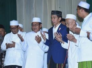 Presiden Jokowi saat berkunjung ke Pondok Pesantren (Ponpes) Langitan, di Dusun Mandungan, Desa Widang, Kecamatan Widang, Kabupaten Tuban, Jawa Timur, Kamis (8/3). (Foto: Humas/Agung).