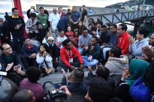 Presiden Jokowi dan Ibu Negara Iriana berbincang dengan pelajar dan mahasiswa Indonesia di Waterfront Wellington, Selandia Baru, Senin (19/3). (Foto: BPMI)
