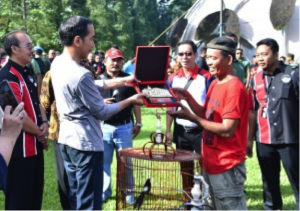 President Jokowi deliver prize to the winner of 2018 President's Cup in Bird Singing Festival and Exhibition at Bogor Botanical Garden, Sunday (11/3). (Photo by: BPMI)